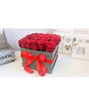 Krabička s červenými růžemi