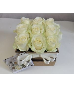 Krabička s bílými růžemi