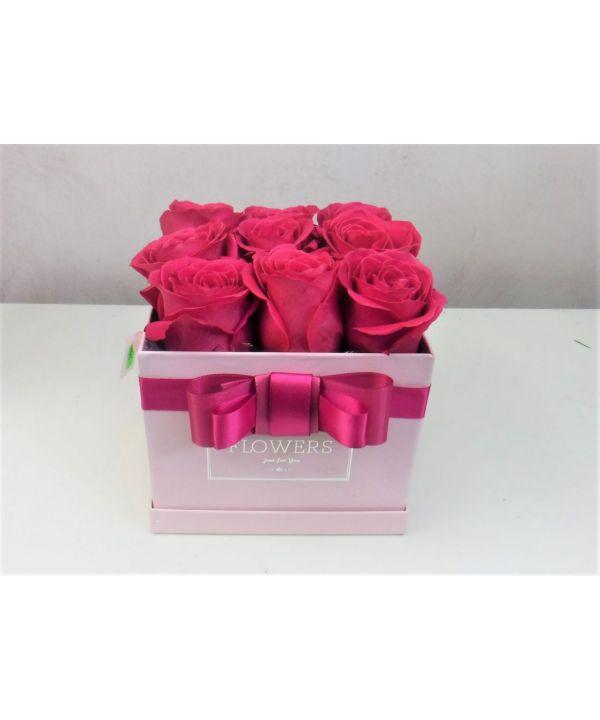 Krabička s růžovými růžemi