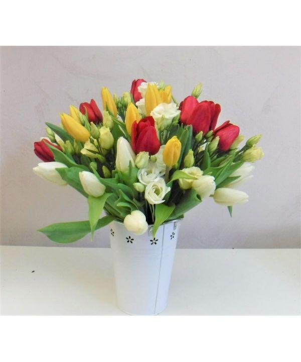 Barevné tulipány s eustomou