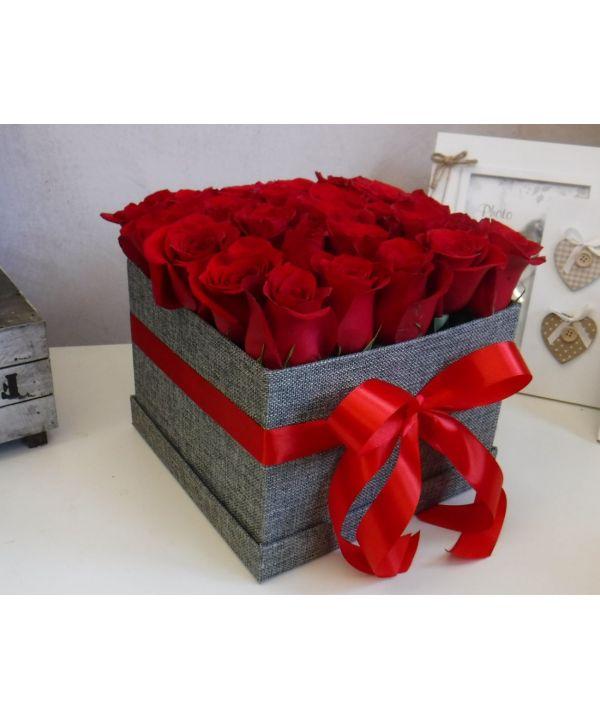 Krabička s červenými růžemi malá