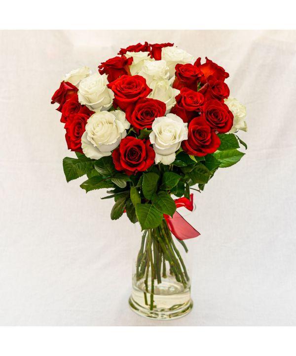 Kytice bílých a rudých růží malá