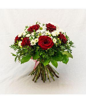 Kytice bílých chryzantém a rudých růží