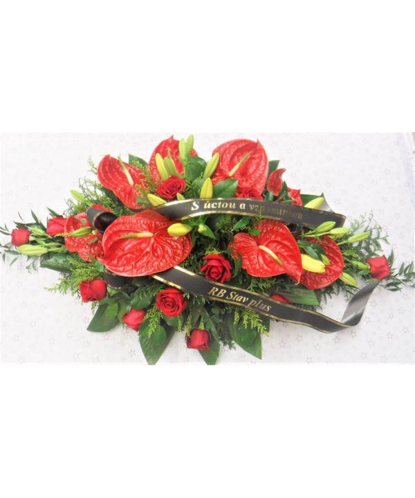 Smuteční kytice z červených anturií a růží malá