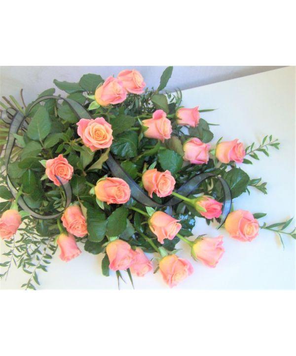 Smuteční kytice vázaná z růží