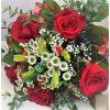 Kytice rudých růží se santinkou
